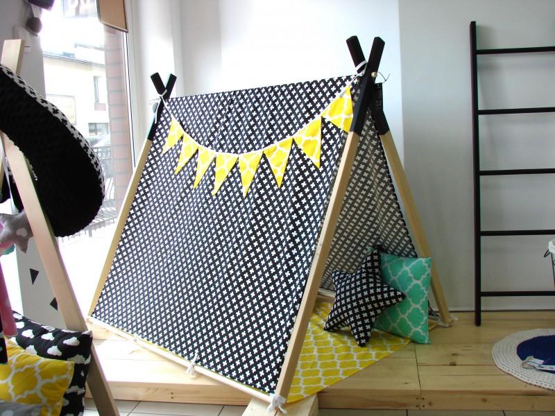 Namiot z matą, Białe Plusy na Czarnym i Żółta Mata
