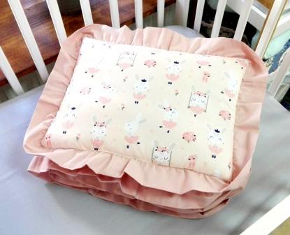 Kołderka i poduszka z falbankami Różowe Króliczki (komplet z wypełnieniem)