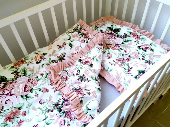 Kołderka i poduszka z falbankami Róże (komplet z wypełnieniem)